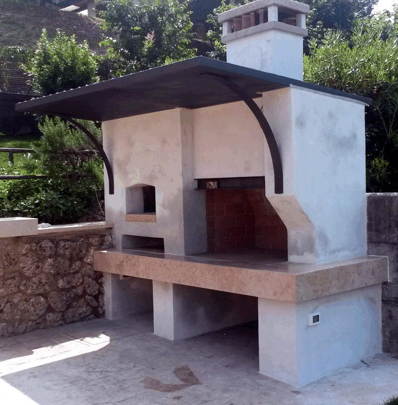 Barbecue esterno con forno.