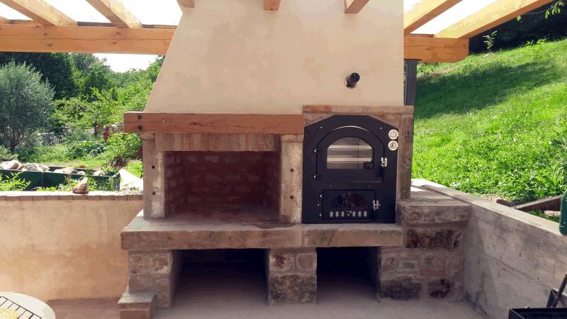 Barbecue in mattoni e forno prefabbricato.